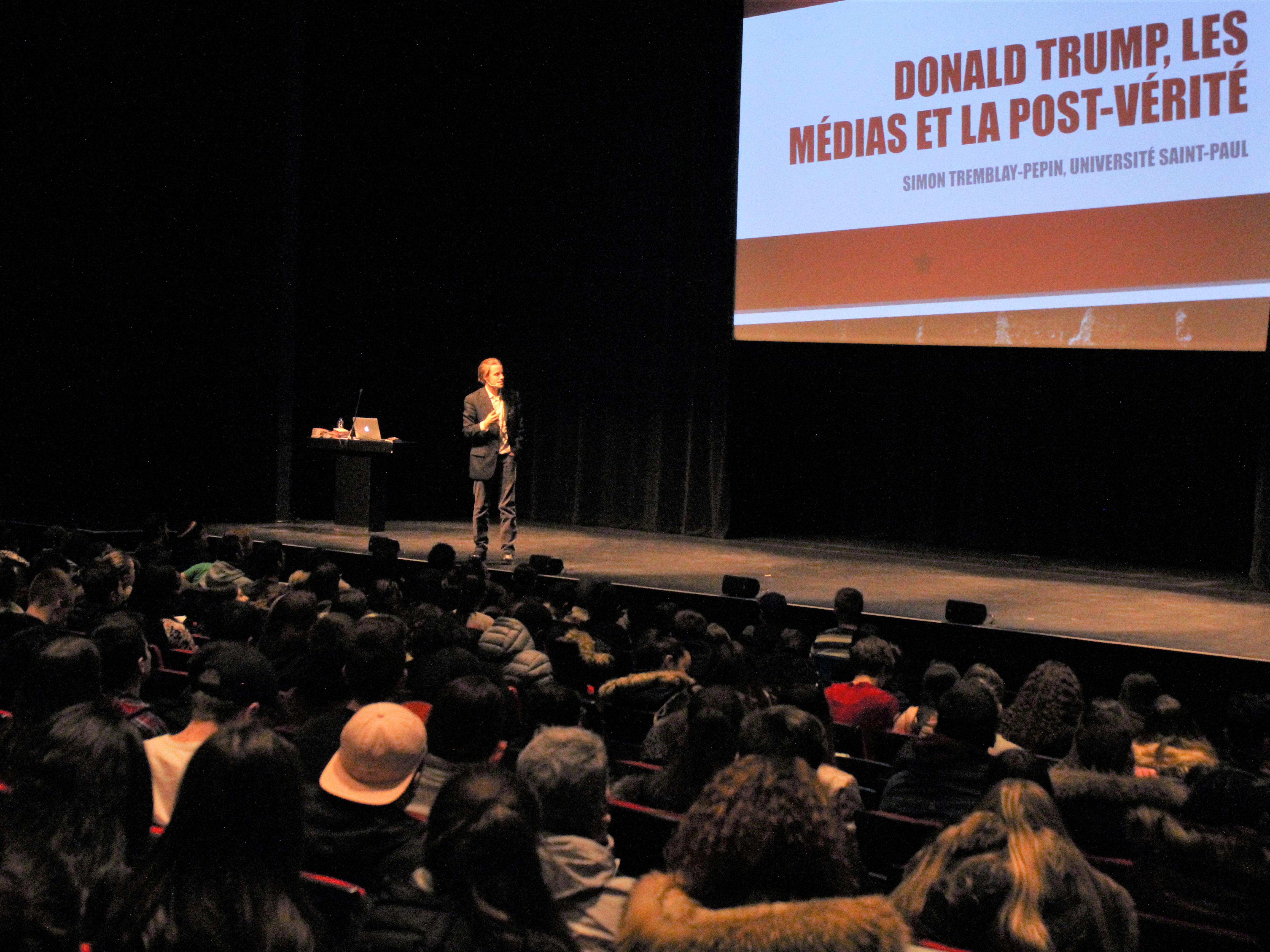 Dans le cadre de la Journée mondiale de la philosophie, plus de 700 étudiants ont assisté à la présentation de Simon Tremblay-Pépin sur les médias à l'heure de Donald Trump et de la post-vérité.